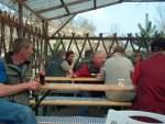 2005/8347/entspannung-zwischen-den-wettkaempfen-auf-der Entspannung zwischen den Wettkämpfen auf der Freifläche am Bungalow - 16.04.2005