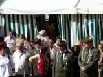 1608---festakt/30906/bei-strahlendem-sonnenschein-warten-buerger-und Bei strahlendem Sonnenschein warten Bürger und Gäste auf die Proklamation der Schützenkönige 2009 - Foto Lothar Biegemann - 16.08.2009