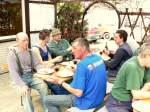 2009/14242/beim-gemeinsamen-mittagessen-nach-getaner-arbeit Beim gemeinsamen Mittagessen nach getaner Arbeit - 10.04.2009