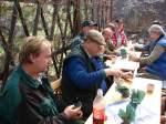 2010/61892/vor-dem-schuetzenbungalow---nach-getaner Vor dem Schützenbungalow - nach getaner Arbeit schmeckt das Mittagessen - 02.04.2010